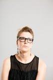 Bakgrund för grå färg för definition för kick för rolig kvinnastående verkligt folk arkivfoto