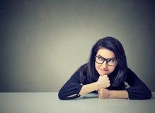 Tänkande sammanträde för affärskvinna på skrivbordet arkivfoto