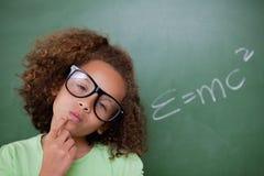 Tänkande smart schoolgirl royaltyfri bild
