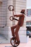 Tänkande Tin Man på stadsgatan arkivfoton