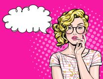 Tänkande ung sexig kvinna med den öppna munnen som ser upp på tom bubbla Flickan för popkonst är tänkt och rymma handen nära fram stock illustrationer