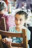 Tänkande uttryck för flicka arkivfoto