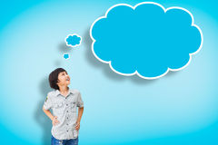 Tänker den asiatiska pojken för leendet med tomt bubblan Fotografering för Bildbyråer