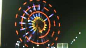 Tänt Batumi ferrishjul, sikt från stångfönster, nattsikt av den härliga staden lager videofilmer