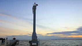 Tänt fyr eller ledande ljus med solnedgångar och moln på smällpu-sjösidan, Samutprakarn, Thailand Royaltyfria Bilder