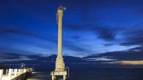 Tänt fyr eller ledande ljus med solnedgångar och moln på smällpu-sjösidan, Samutprakarn, Thailand Arkivbild