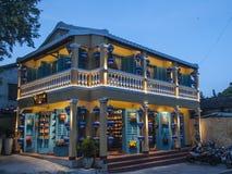 Tänt guling- och för blått två golvbyggande fotografering för bildbyråer