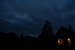 Tänt hus i mörkret Royaltyfri Foto