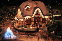 Tänt julhus Arkivbild