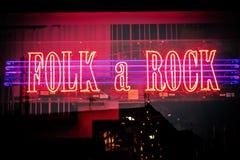 Tänt neon shoppar fönstret av musiklagret med vaggar & folkmusik i Malmo i Sverige Arkivfoton