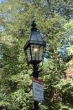 tänt tecken för 2 gas lamppost Royaltyfri Foto