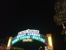 Tänt tecken för Santa Monica piringång royaltyfria bilder