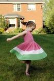 Tänze des kleinen Mädchens Stockfotografie