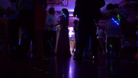 Tänze von Gästen an einer Hochzeit stock video footage