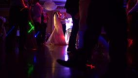Tänze von Leuten am Restaurant stock video footage