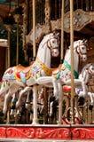 Tänzelnde weiße Pferde auf dem Karussell Stockbild