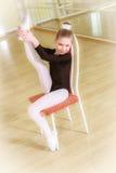 Tänzer auf einem Stuhl mit Tanzschule Lizenzfreie Stockfotografie
