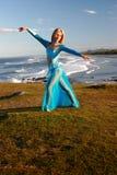 Tänzer auf Klippe stockfotografie