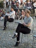 Tänzer auf Stühlen Stockfoto
