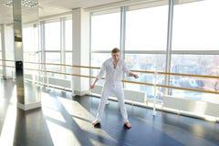 Tänzer, der aerobes Aufwärmen am Studio macht Stockbild