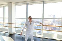 Tänzer, der aerobes Aufwärmen am Studio macht Stockfotos