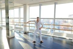 Tänzer, der aerobes Aufwärmen am Studio macht Stockfotografie