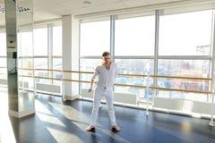Tänzer, der aerobes Aufwärmen am Studio macht Lizenzfreie Stockfotografie