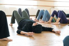 Tänzer, der auf dem Boden liegt lizenzfreie stockfotografie