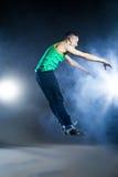 Tänzer, der auf Hintergrund mit Blitzen und Rauche aufwirft Lizenzfreies Stockfoto