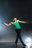 Tänzer, der auf Hintergrund mit Blitzen und Rauche aufwirft Lizenzfreie Stockbilder