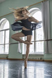 Tänzer in der Balletthalle Stockfotografie