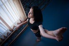 Tänzer, der am Barre aufwärmt Stockbilder