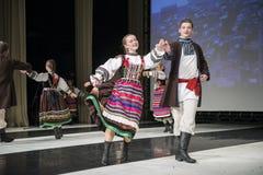 Tänzer der Chodowiacy-Tanz-Gruppe führen am Stadium durch Lizenzfreies Stockfoto