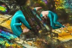 Tänzer, der in einer eingebildeten Welt kriecht und schläft stockbilder