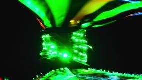 Tänzer, der in geführtem Kostüm durchführt stock video footage
