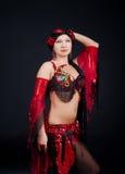 Tänzer, der im Studio aufwirft Lizenzfreie Stockfotos