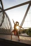 Tänzer der jungen Frau, der eine klassische Balletthaltung macht Lizenzfreie Stockfotografie