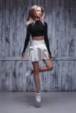 Tänzer der jungen Frau nahe Schmutzwand Lizenzfreies Stockbild