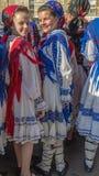 Tänzer der jungen Mädchen von Rumänien im traditionellen Kostüm lizenzfreie stockfotos