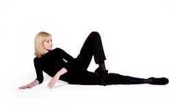 Tänzer in der schwarzen Kleidung lizenzfreie stockbilder