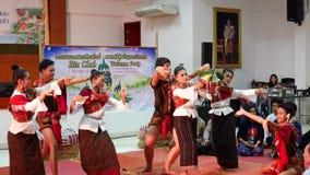 Tänzer der thailändischen Leute, der thailändische Art für Showreisendleute tanzt stock video footage