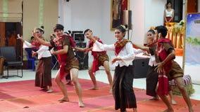 Tänzer der thailändischen Leute, der thailändische Art für Showreisendleute tanzt stock footage