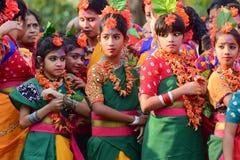 Tänzer des jungen Mädchens, die warten, um Festival Holi (Frühling) in Kolkata durchzuführen Lizenzfreies Stockbild