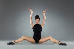 Tänzer des modernen Balletts, der auf dem Boden sitzt stockbild