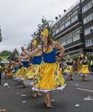 Tänzer, die in einer Straßenparade durchführen Lizenzfreies Stockfoto