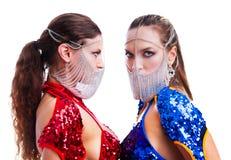 Tänzer, die extravagante Kostüme tragen lizenzfreie stockfotos