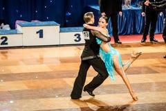 Tänzer, die lateinischen Tanz tanzen Stockfoto