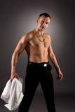 Tänzer entfernte sein Hemd und die Aufstellung an der Kamera Stockfotos