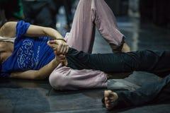 Tänzer führen Karosserie durch stockbild