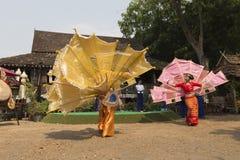 Tänzer führen traditionellen thailändischen Tanz durch Stockbilder